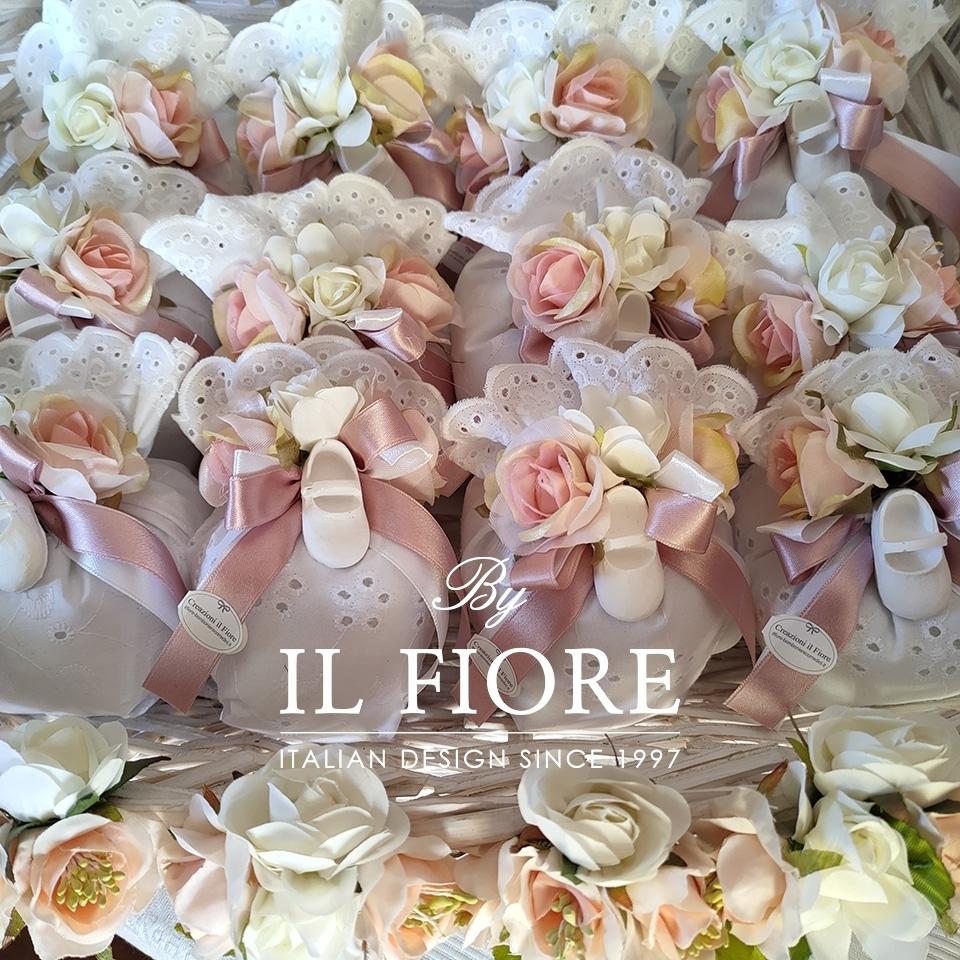 Bomboniera Battesimo Sacchetto Sangallo con Scarpette e fiori. thumb
