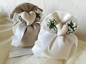 Bomboniera matrimonio Comunione e cresime sacchetto con gipsofila e cuore in porcellana cod. 79R - 79R1