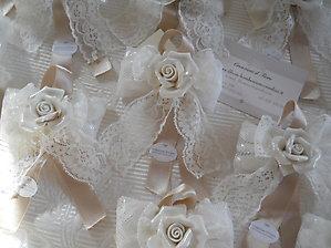 Rosa in porcellana con nastro e pizzo cod. R14