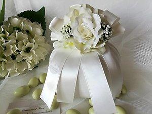 Bomboniera in lino con fiori ortensie e rosa cod. R16