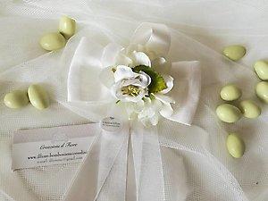 Bomboniera  fiocco con fiori ortensia e ciuffetto con confetti cod. 51R