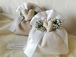 Bomboniera Comunione Cresima matrimonio con bordo in raso gipsofila e cuore in porcellana cod 77R - 77R1