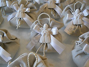Bomboniera Comunione con angelo e sacchetto in lino portaconfetti Cod. 19Z