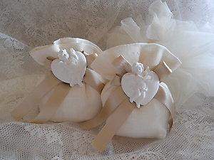 Bomboniera con cuori e angeli e sacchetto in lino portaconfetti Cod. 4Z