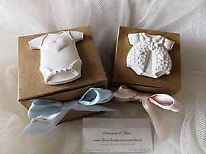 Bomboniera battesimo scatole con confettata e gessetti tutine cod. 77a - 77a1 - 77a2