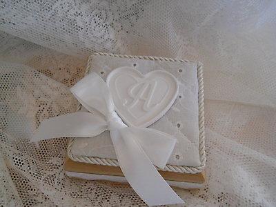 Scatola in legno rivestita in sangallo con lettera personalizzabile cod. 14N