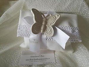 Bomboniera Comunione con farfalla  in ceramica e  sacchetto busta con merletto cod.87G