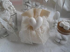 Bomboniera matrimonio sacchetto bon bon  con cuore calamita in ceramica e pizzo cod. 1G