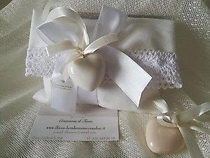 Bomboniera con cuori in ceramica con sacchetto busta e merletto cod 111G