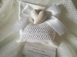 Bomboniera cuore in ceramica e calamita sacchetto con merletto cod 77G - 77G1