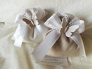 Bomboniera sacchetto bianco e ecru con merletto e farfalla in porcellana cod 92G - 92G1