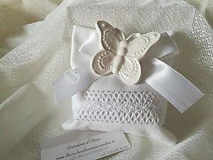 Bomboniera matrimonio con farfalla  in ceramica e  sacchetto con merletto cod 88G - 88G1