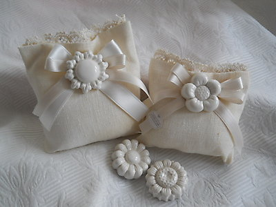 Bomboniera matrimonio  comunione cresima - sacchetto in lino con fiore e sole in ceramica e merletto cod. 20G-21G
