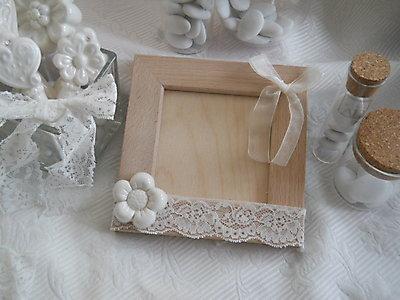Portafoto in legno con fiore in ceramica e pizzo cod. 24G