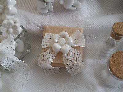 Scatola in legno con fiore in ceramica e merletto - bomboniera matrimonio comunione cresima - cod. 25G 26G