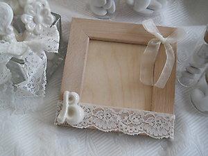 Portafoto in legno con lettera in ceramica e pizzo cod. 36G