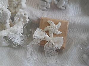 Scatola in legno con soggetti marini in ceramica e pizzo - bomboniera matrimonio comunione cresima - cod. 55G 55G1