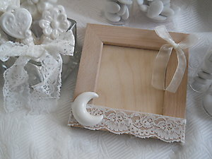 Portafoto in legno con luna e girandola in ceramica e pizzo cod. 65G