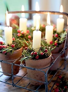 Vasetti-di-terraccotta-con-candele-e-bacche