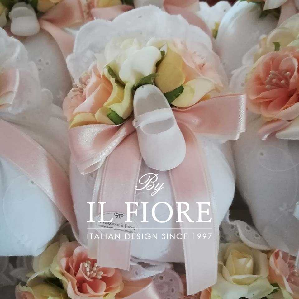 Bomboniera Battesimo Sacchetto Sangallo con Scarpette e fiori.