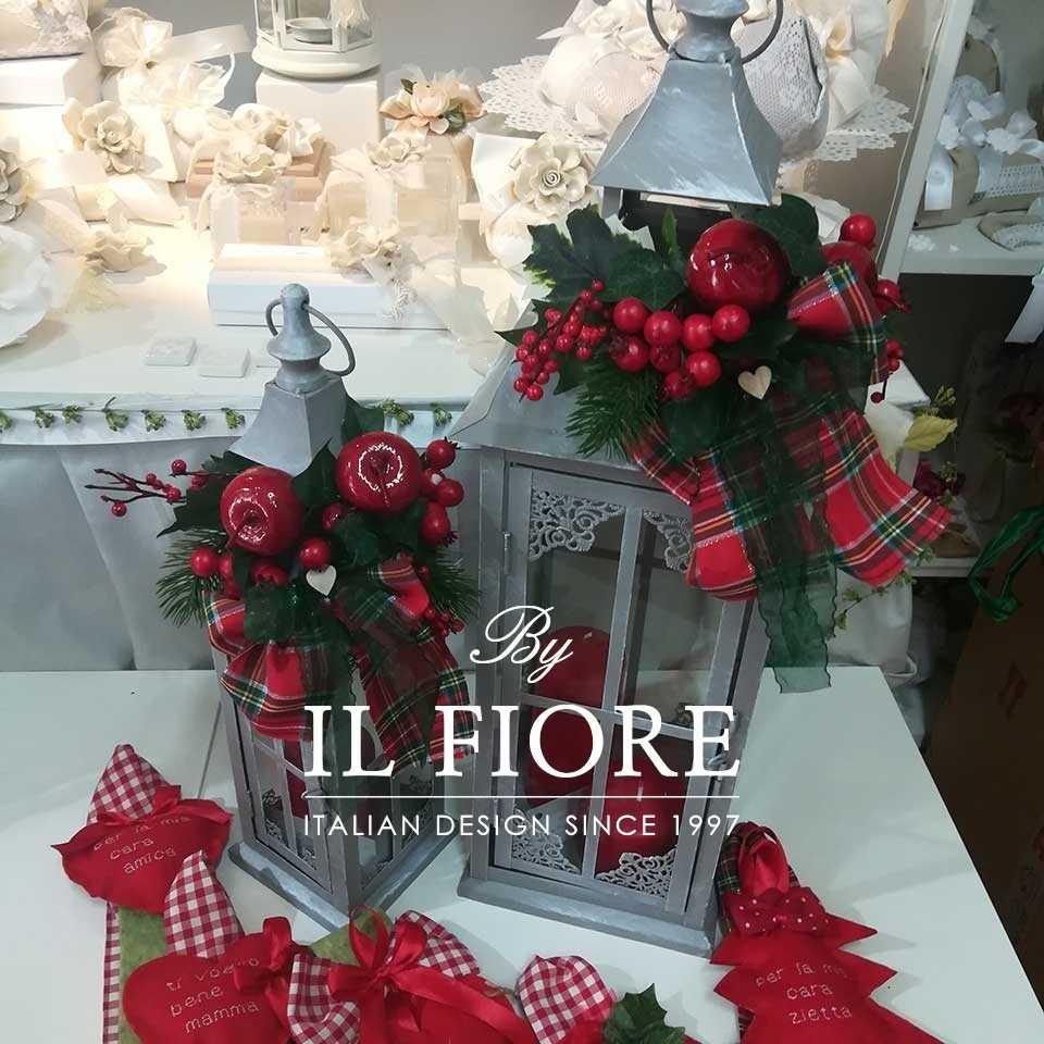 Lanterna natalizia in ferro battuto con bacche rosse
